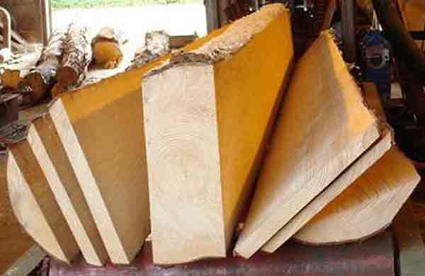 На ленточнопильном или другом распиловочном станке из бревна (как правило, это сосна, но применяются и другие породы...